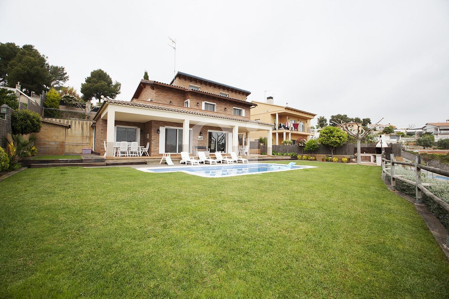 Фасад прекрасного дома на продажу с бассейном в Таррагоне