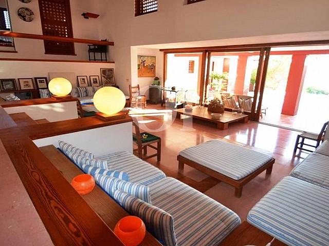 Blick in das Wohnzimmer der Villa zum Verkauf auf Formentera