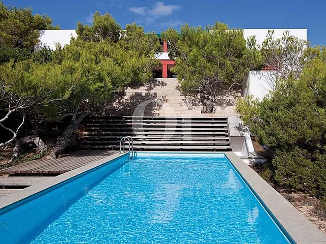 Blick auf den Außenbereich der Villa zum Verkauf auf Formentera