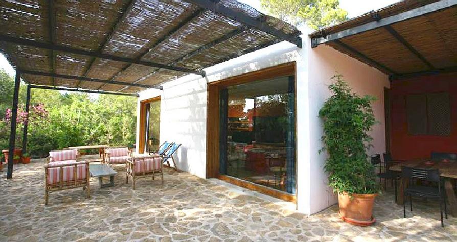 Comedor de verano de casa en venta un entorno natural en Es Caló, Formentera