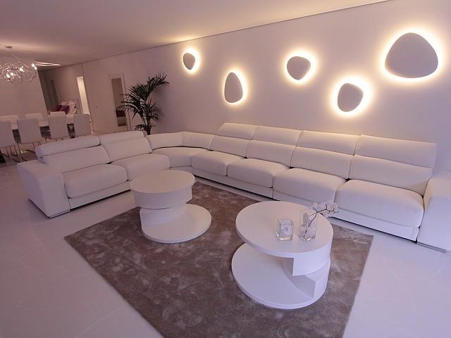 Шикарная гостиная-столовая с дизайнерской мебелью в потрясающих апартаментах на продажу на Ибице