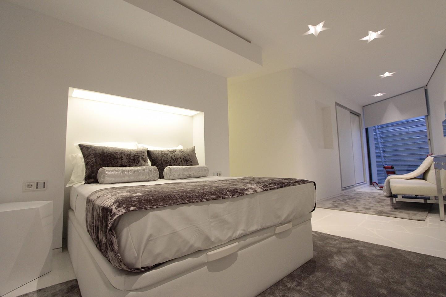 Blick in ein Schlafzimmer vom smarten Apartment, Marina Botafoch