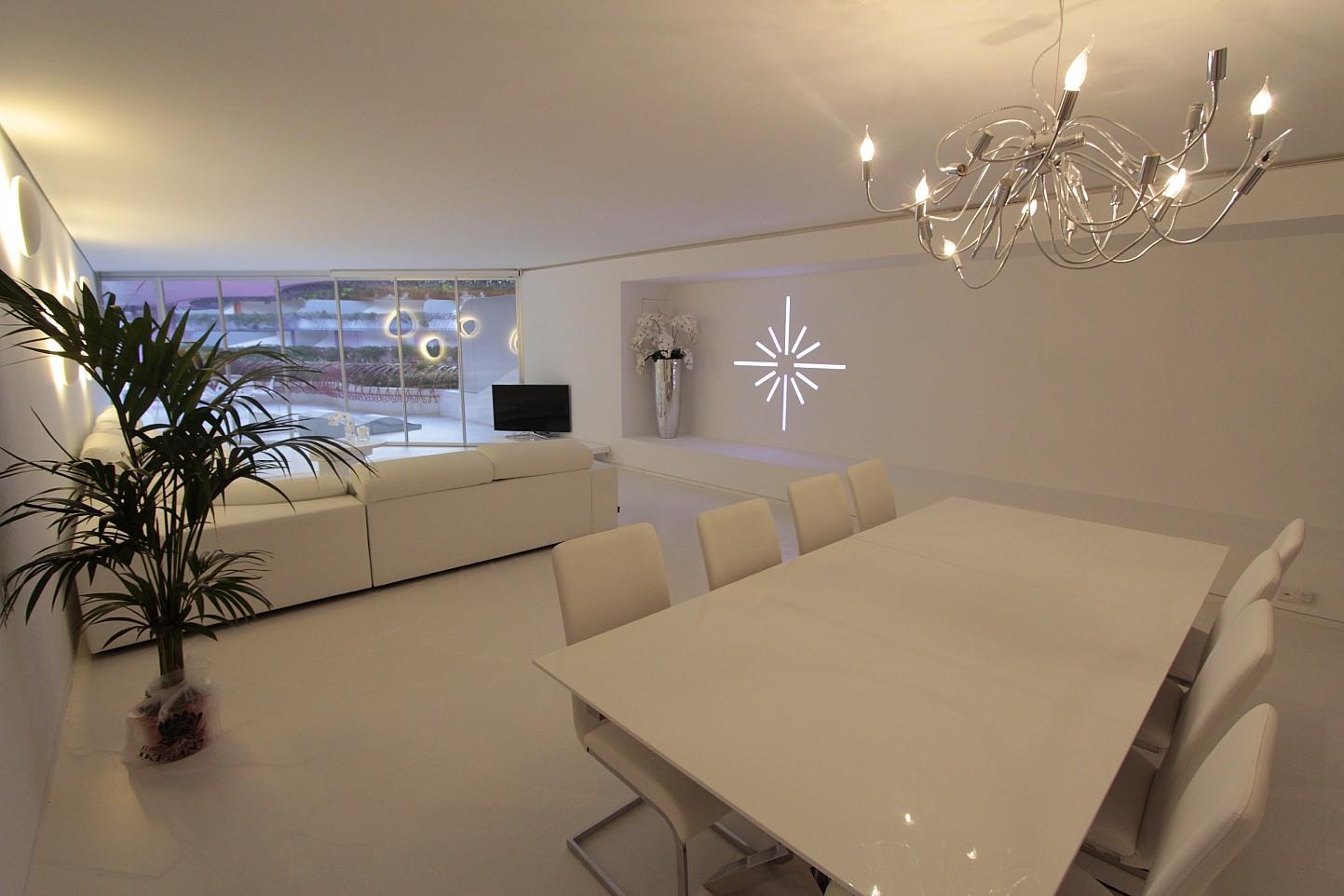 Vistes interiors del saló-menjador amb una decoració exclusiva