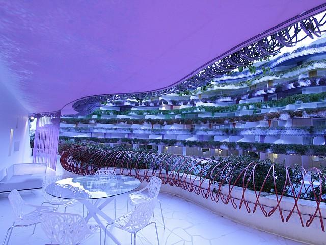 Потрясающий вид на стильную территорию жилого комплекса с апартаментами на продажу на Ибице