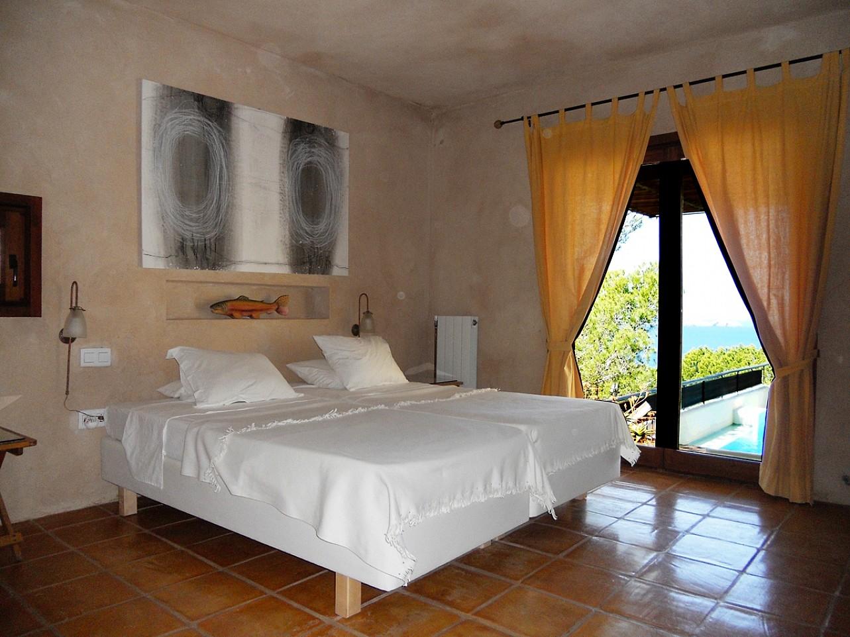 dormitorio de espectacular villa en alquiler en Cala Salada, Ibiza