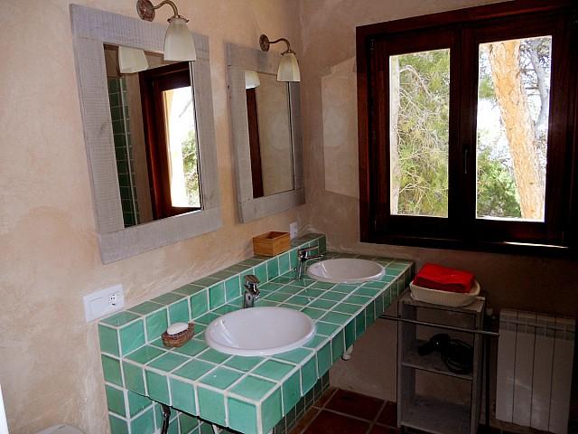 Blick in ein Bad der Villa zur Miete auf Ibiza