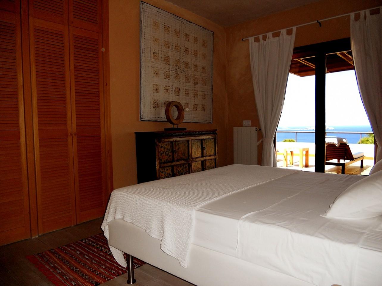 Blick in ein Schlafzimmer  der Villa zur Miete auf Ibiza
