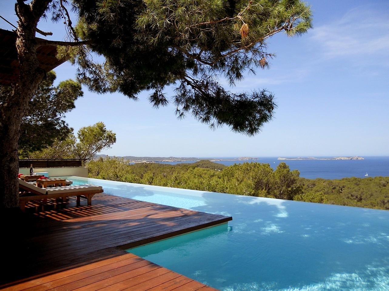 Blick auf den Infinity-Pool der Villa zur Miete auf Ibiza