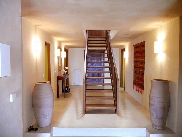 Blick in das Treppenhaus der Villa zur Miete auf Ibiza