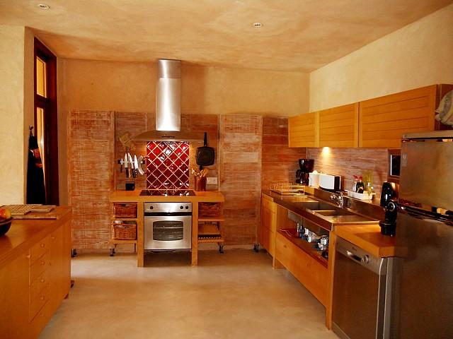 Полностью оборудованная кухня на шикарной вилле в краткосрочную аренду на Ибице