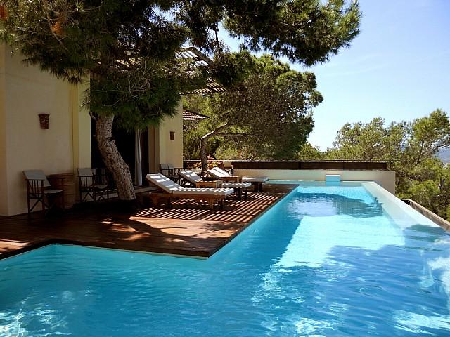 Blick auf den Poolbereich der Villa zur Miete auf Ibiza