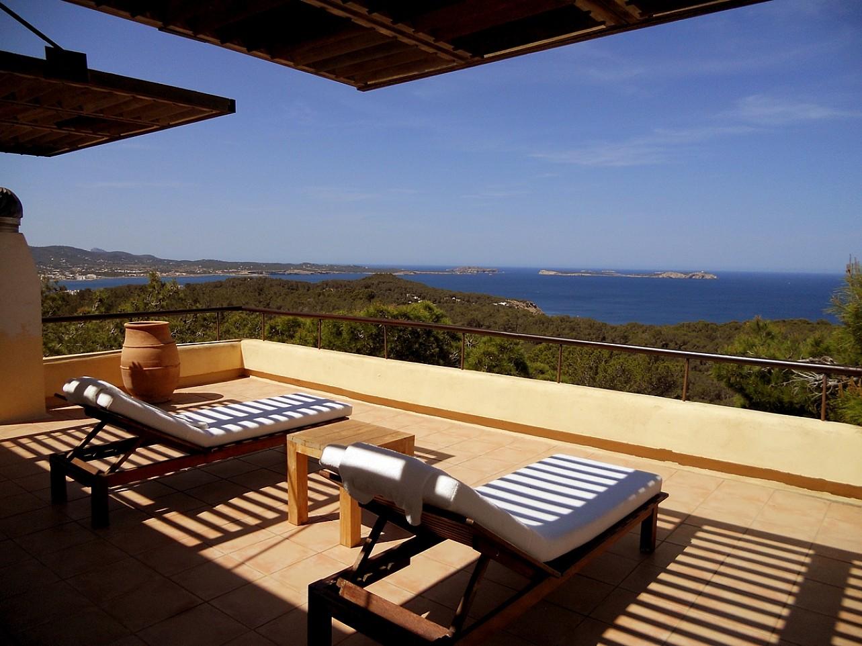 Blick auf die Terrasse der Villa zur Miete auf Ibiza