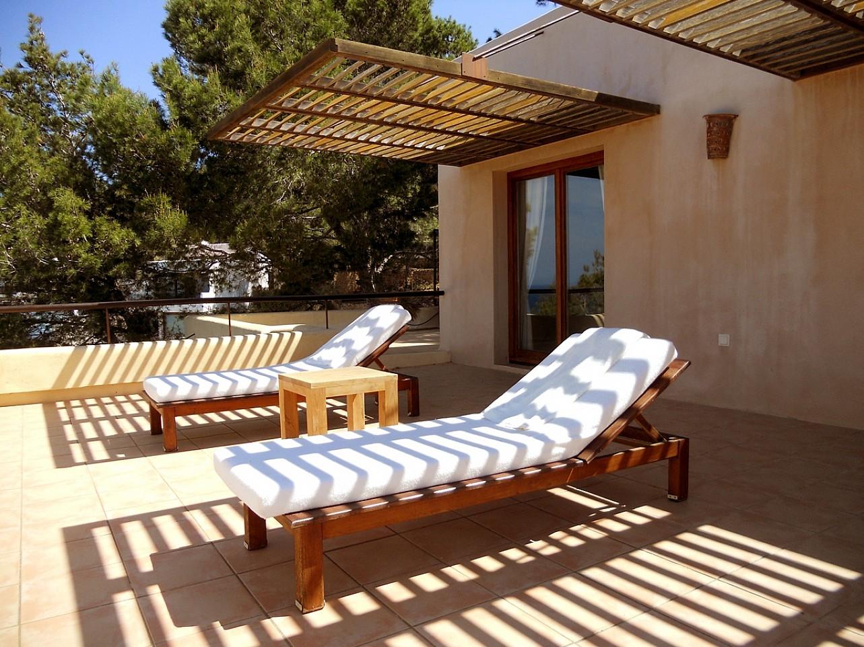 Terraza soleada de espectacular villa en alquiler en Cala Salada, Ibiza