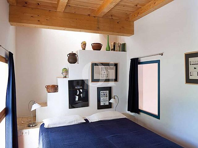 Blick in ein Schlafzimmer vom Haus zum Verkauf, auf Formentera
