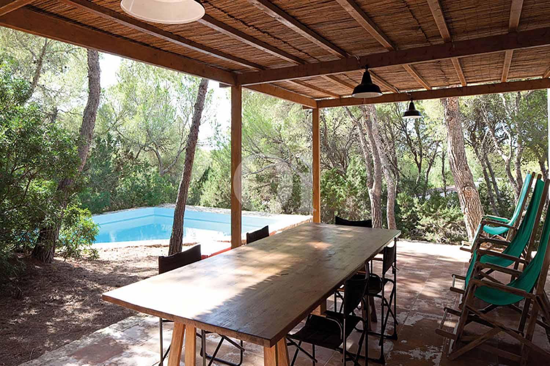 Blick auf die Terrasse vom Haus zum Verkauf, auf Formentera