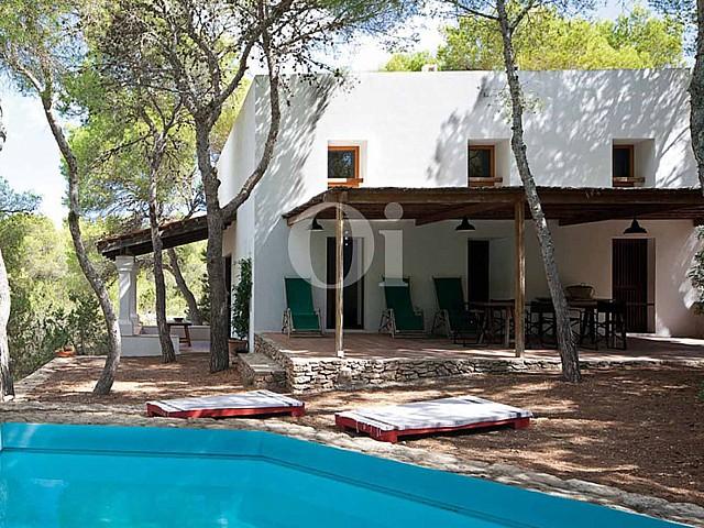 Blick in die Fassade vom Haus zum Verkauf, auf Formentera