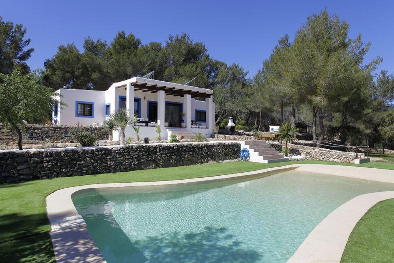 Vista exterior de la piscina i el jardí