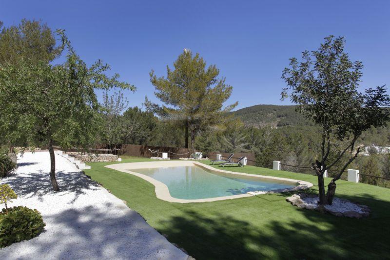 Blick auf den Poolbereich vom Ferienhaus auf Ibiza, in Santa Gertrudis