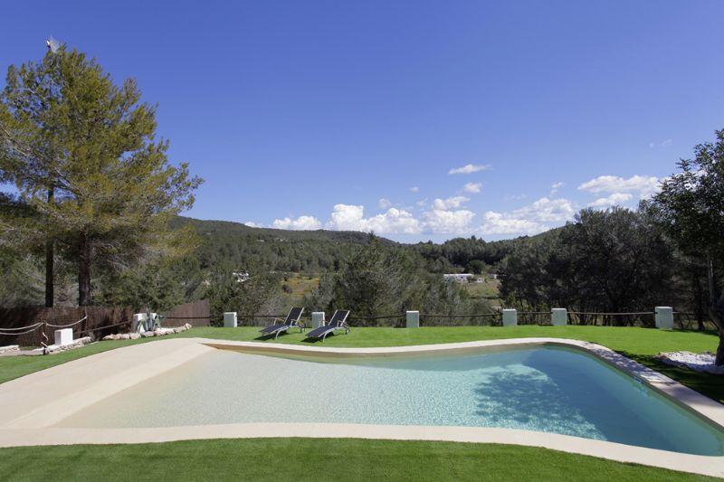 Blick auf den Außenbereich vom Ferienhaus auf Ibiza, in Santa Gertrudis