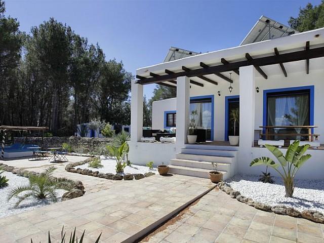 Blick auf die Fassade vom Ferienhaus auf Ibiza, in Santa Gertrudis