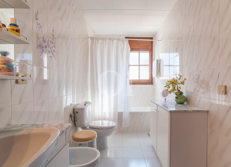 Blick in ein Bad vom Einfamilienhaus zum Verkauf, Lloret de Mar