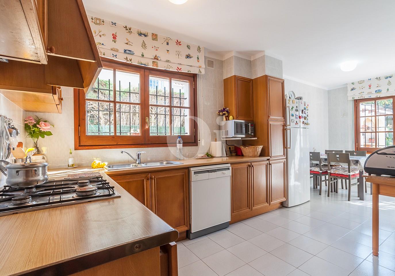Blick in die Küche vom Einfamilienhaus zum Verkauf, Lloret de Mar