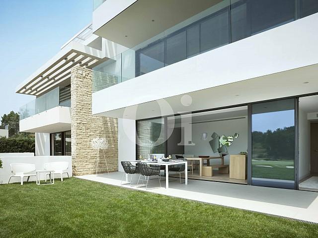 Fachada de apartamento con jardín en venta en Caldes de Malavella