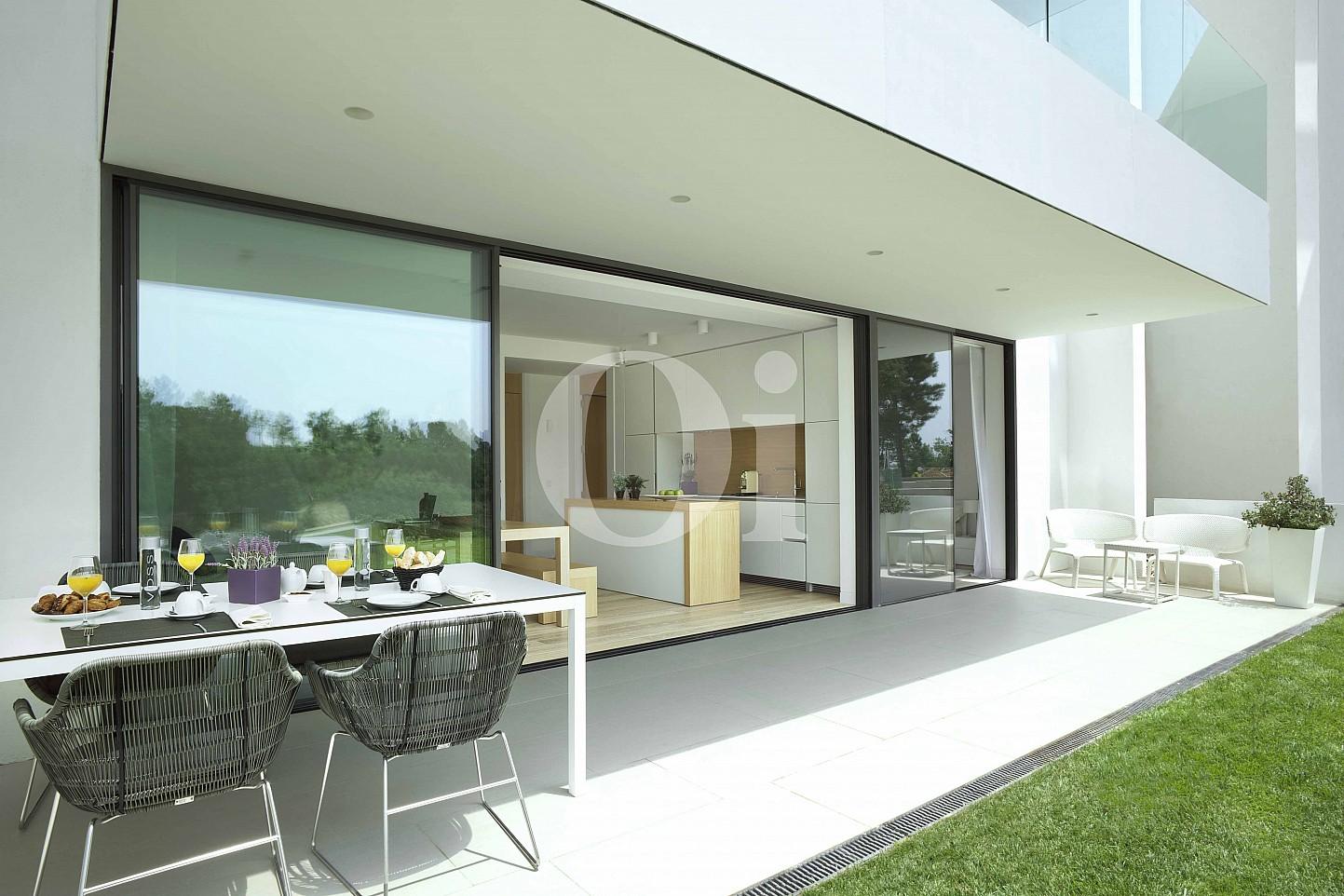 Blick auf die Terrasse vom Apartment im PGA Catalunya Resort