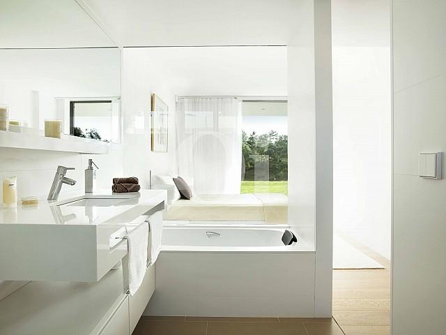 Стильная ванная комната и спальня в шикарных апартаментах на продажу