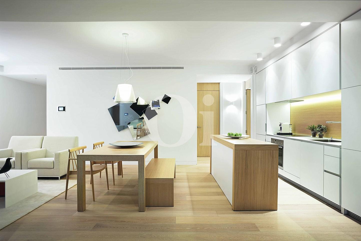 Потрясающая гостиная-столовая, полностью оборудованная кухня и потрясающие виды на поле для игры в гольф в шикарных апартаментах на продажу