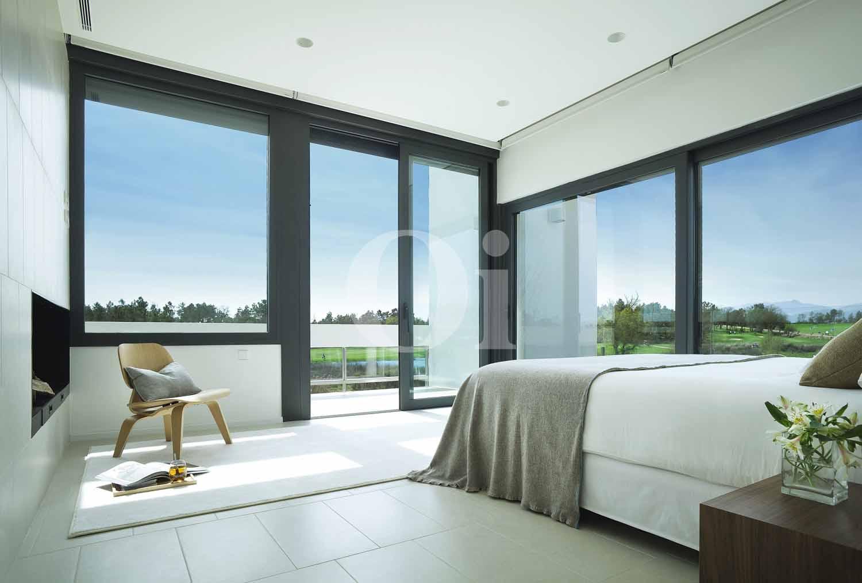 Уютная и стильная  спальня на потрясающей вилле на продажу