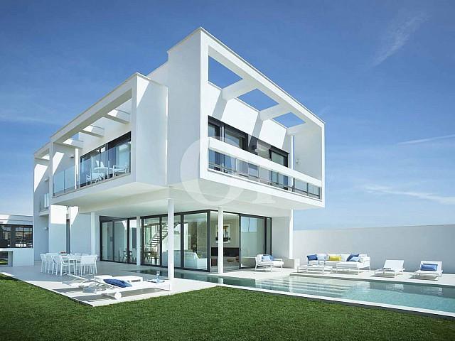 Blick auf die Fassade der Designer Villa im PGA Catalunya