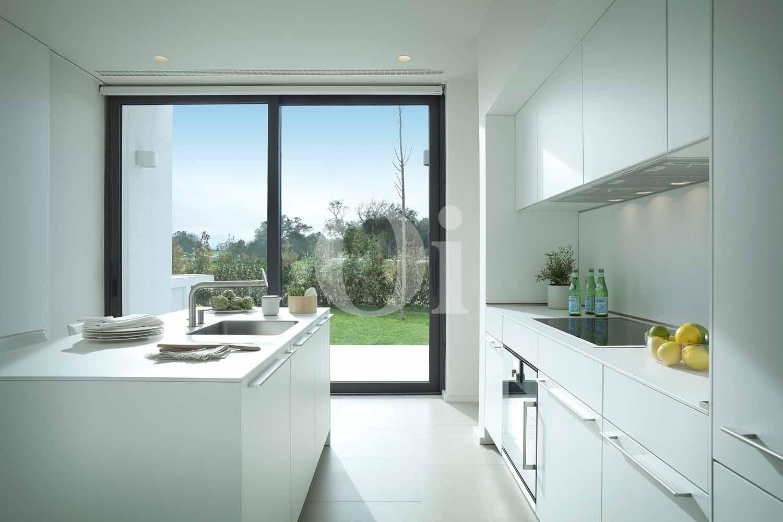 Blick in die Küche der Designer Villa im PGA Catalunya