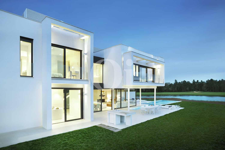 Стильный и современный дизайн шикарной виллы с бассейном на продажу