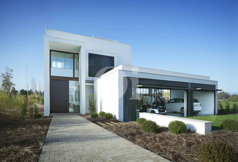 Blick auf den Eingang der Designer Villa im PGA Catalunya