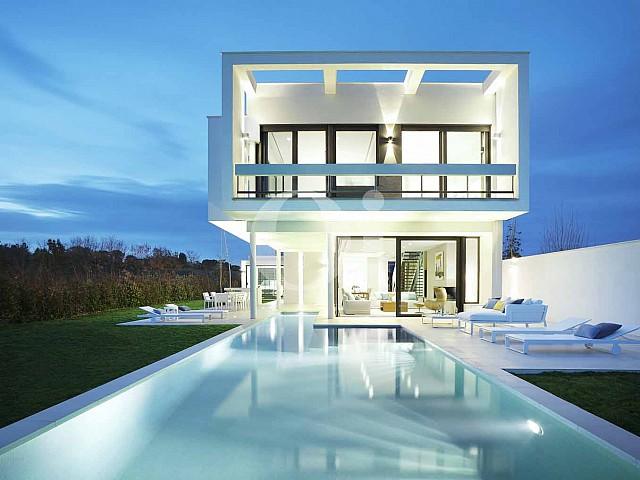 Blick in auf den Pool der Designer Villa im PGA Catalunya