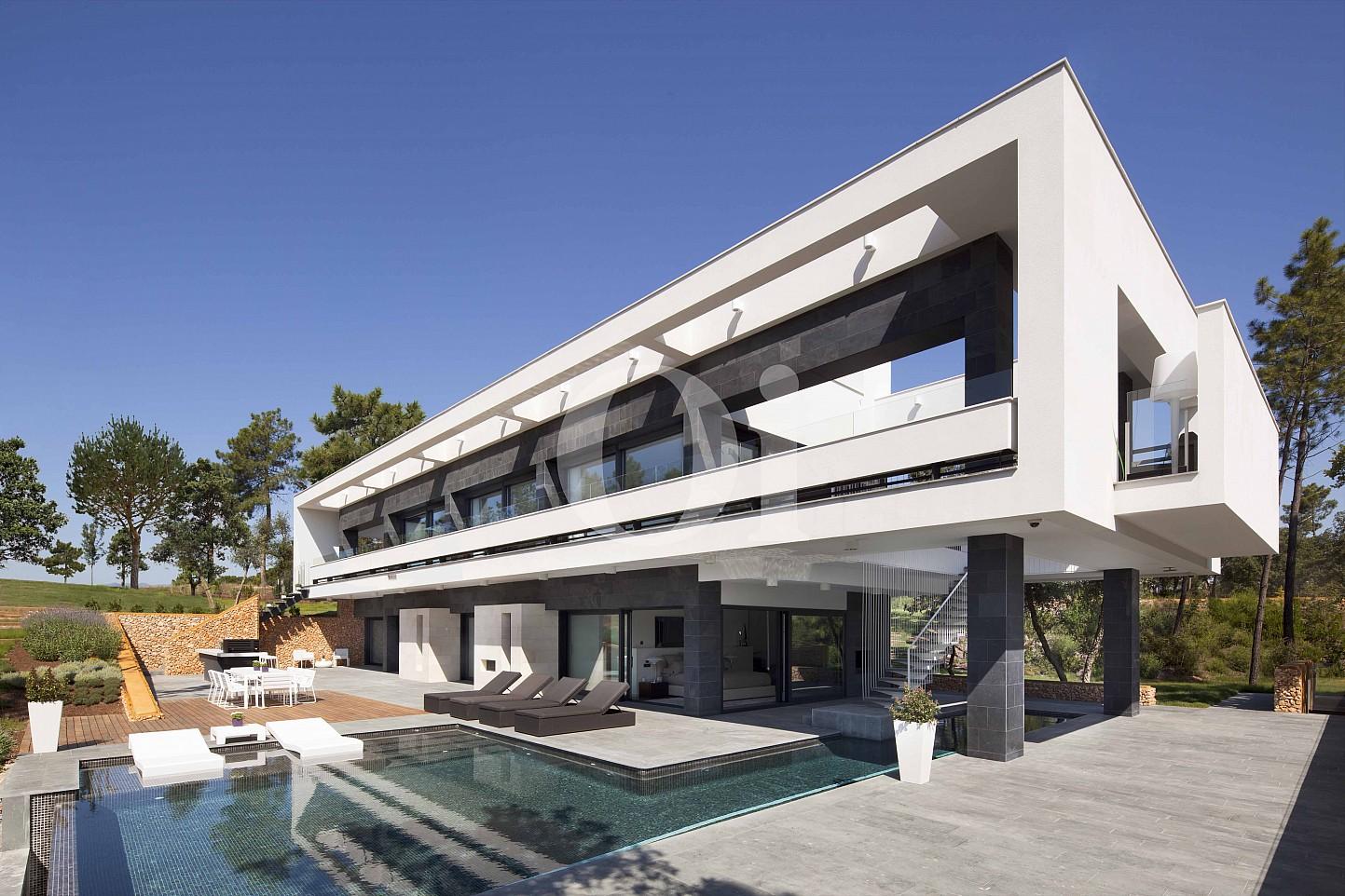 Blick auf die Fassade der Luxus-Villa zum Verkauf in PGA Golf