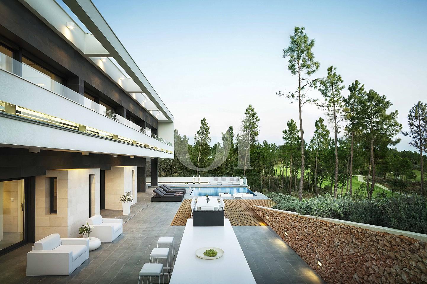 Blick in den Außenbereich der Luxus-Villa zum Verkauf in PGA Golf