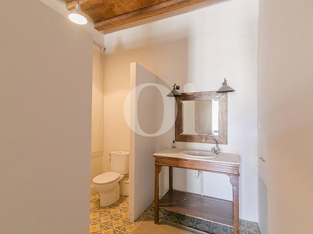 Светлая ванная комната в потрясающей квартире на продажу в центре Барселоны