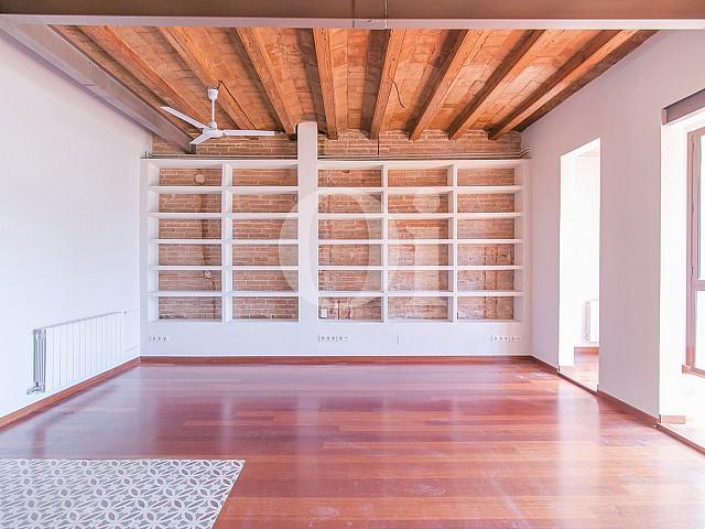 Шикарная и стильная гостиная-столовая с неотделенной кухней в потрясающей квартире на продажу в Барселоне