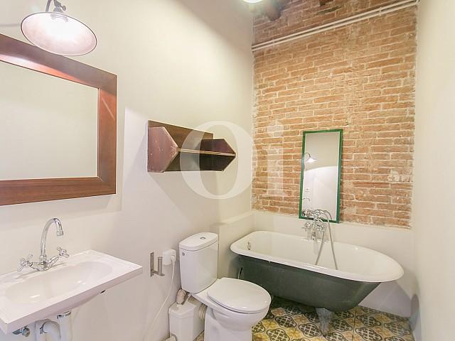 Blick in ein Bad der Wohnung mit tourist. Lizenz