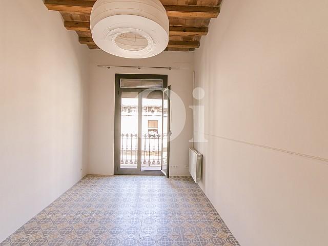 Чудесная светлая и стильная спальня в потрясающей квартире на продажу в Барселоне