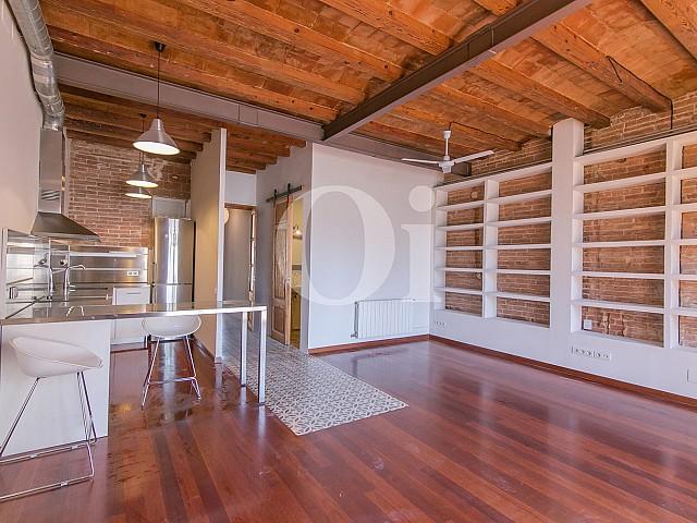 Blick in das Wohn-/Esszimmer der Wohnung mit tourist. Lizenz
