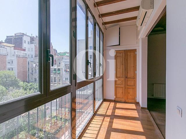 Потрясающий остекленный балкон, выходящий на внутренний двор, в потрясающей квартире в Барселоне на продажу