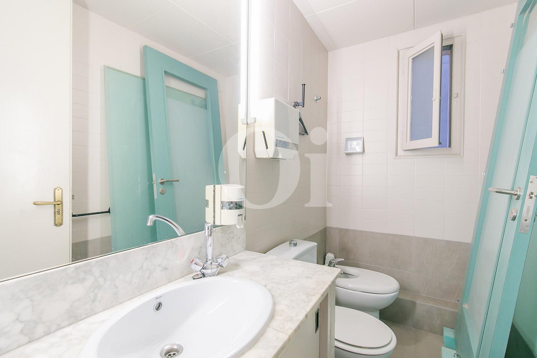 Blick in ein Bad der Wohnung zum Verkauf im Eixample Dreta
