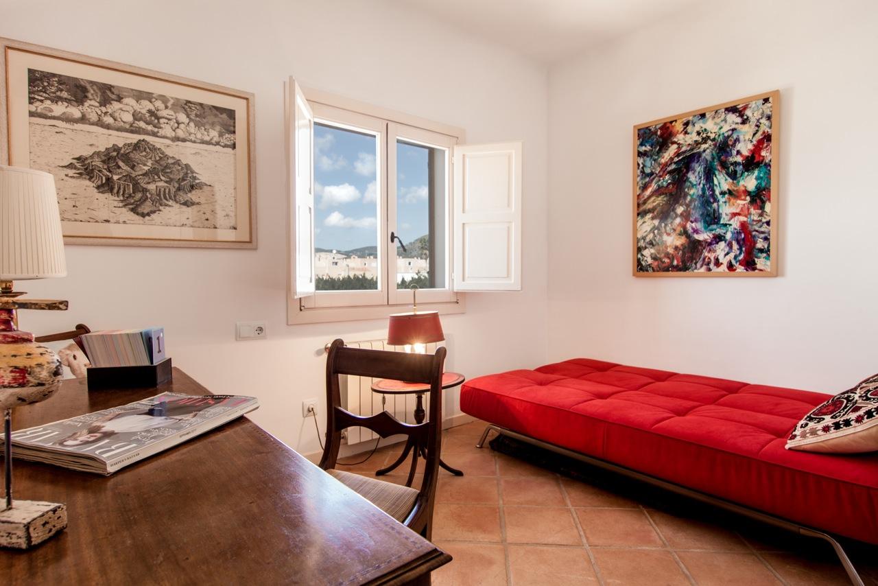 Уютная и стильная спальня в замечательных апартаментах в аренду на Ибице