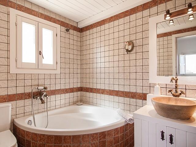 Ванная комната в замечательных апартаментах в краткосрочную аренду на Ибице