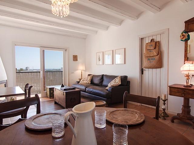 Wohn-Esszimmer mit Zugang zum Balkon