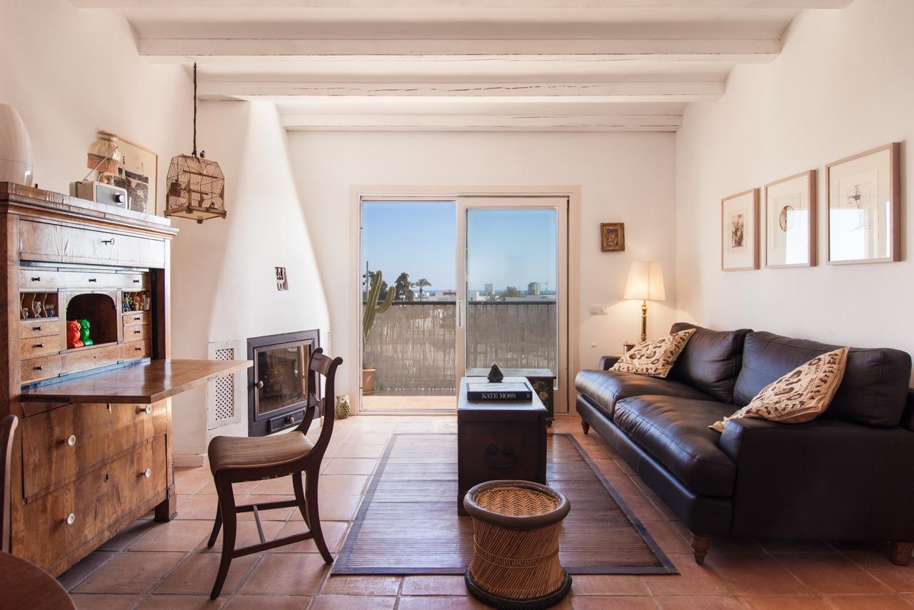 Стильная гостиная в замечательных апартаментах в краткосрочную аренду на Ибице