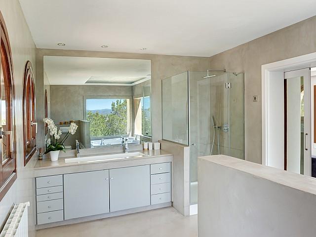 Baño con ducha de maravillosa villa en alquiler en San Agustin, Ibiza